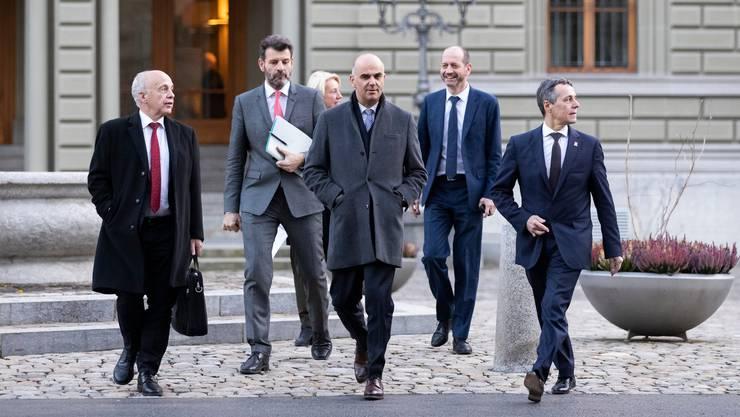 Aussitzen geht nicht mehr: Ueli Maurer, Staatssekretär Roberto Balzaretti, Alain Berset und Ignazio Cassis (von links) unterwegs zur Medienkonferenz vom 7. Dezember 2018, an dem sie über das Rahmenabkommen mit der EU informierten.