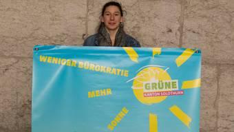 Präsidentin Laura Gantenbein mit dem Banner zur Energiegesetz-Abstimmung.