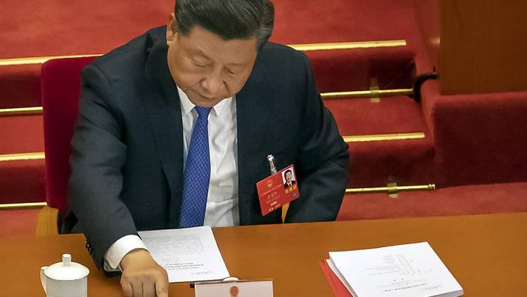 Staatspräsident Xi Jinping bei der Abstimmung über das umstrittene Sicherheitsgesetz in der Großen Halle des Volkes in Peking. Foto: Mark Schiefelbein/AP/dpa