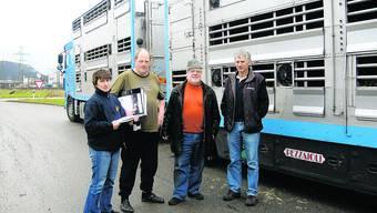 Abfahrbereit: Ute Hänsel und Clemens Hartog (Chauffeure), Bernhard Oetterli («Solothurn hilft Rumänien») und Willi Schürch (Firma Vianco, von links) vor dem 40-Tönner-Lastwagen mit 31 Angus-Rindern.