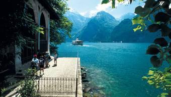 Die Wiege der Schweiz: Die Tellskapelle, wo gemäss der Sage Wilhelm Tell vom Boot des Landvogts Gessler gesprungen sein soll. Auf der anderen Seeseite liegt das Rütli.