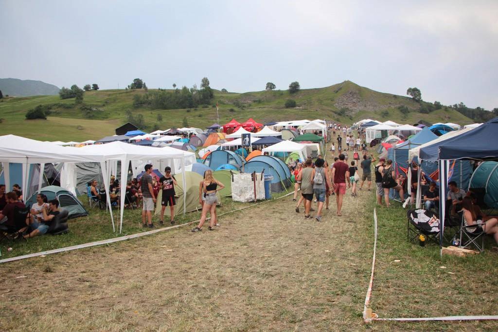Viele haben ihre Zelte am Openair Lumnezia bereits aufgestellt (© FM1Today/Fabienne Engbers)