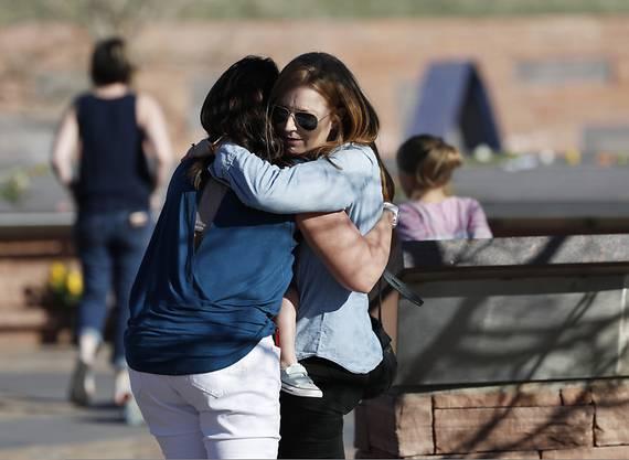 Mit einer Mahnwache haben Überlebende des Massakers an der Columbine High School in Littleton im US-Bundesstaat Colorado vor 20 Jahren gedacht.