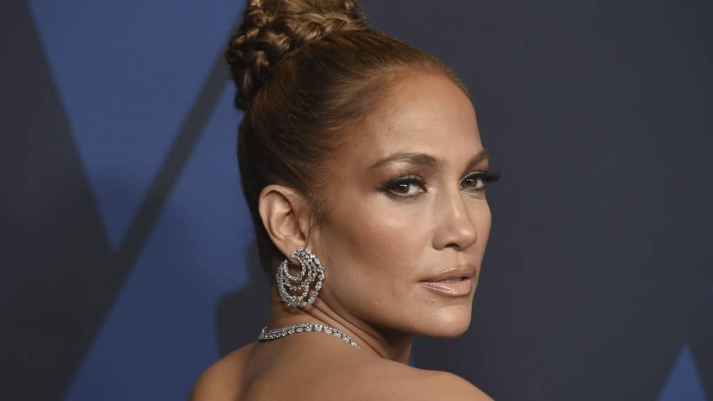 ARCHIV - Jennifer Lopez kommt zu den «Governors Awards». Lopez (51) will sich auf Musical-Projekte einlassen. «Lass uns das machen», schrieb die Sängerin und Schauspielerin am Montag in einem Tweet, in dem sie mehrere Produktionspartner verlinkte. Foto: Jordan Strauss/Invision via AP/dpa Foto: Jordan Strauss/Invision via AP/dpa