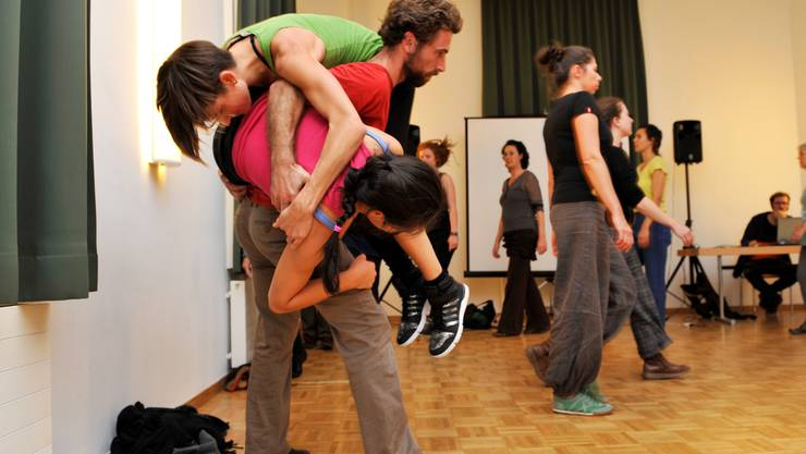 Den Mitwirkenden für «Bon Voyage» wird einiges abverlangt, ehe es «Gute Reise» über die Theaterbühne heisst.