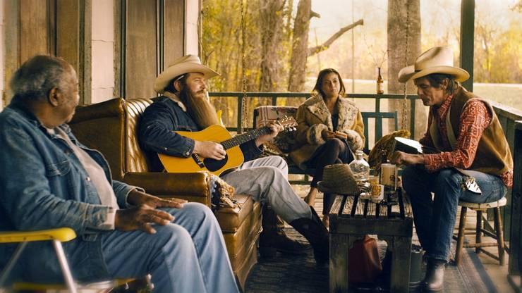 In «Blaze» führt Ethan Hawke zum dritten Mal Regie. Profimusiker Ben Dickey schlüpft in die Rolle des Countrymusikers Blaze Foley, dessen grösster Wunsch es ist, einen Song zu schreiben, der ihn überdauert. Dafür gibt Blaze die idyllische Zweisamkeit mit seiner grossen Liebe Sybil (Alia Shawkat) auf. Doch seine Ambitionen leiden unter seinem grossen Alkoholkonsum. Hawke porträtiert den Musiker so, wie ihn Lucinda Williams 1998 in einem Song beschrieb: als «Drunken Angel». «Blaze» ist das intime, melancholische und mitreissende Porträt eines Musikers, der ein paar kostbare Minuten lang den tristen Alltag einer Handvoll unbekannter Zuhörer erwärmte.