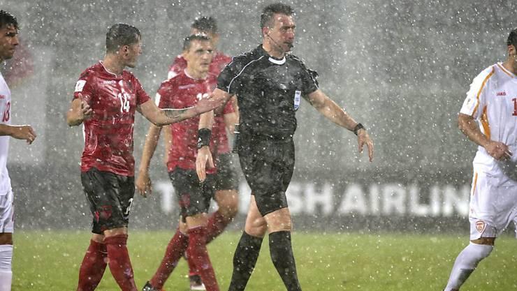 Zu viel Regen am Montag: Der Schiedsrichter muss die Partie Albanien-Mazedonien in der 79. Minute abbrechen