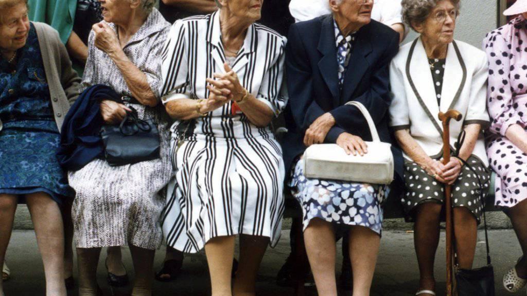 Frauen sollen künftig länger arbeiten. Der Schweizerische Arbeitgeberverband schlägt vor, das Rentenalter für Frauen stufenweise auf 65 zu erhöhen, um die AHV zu entlasten.