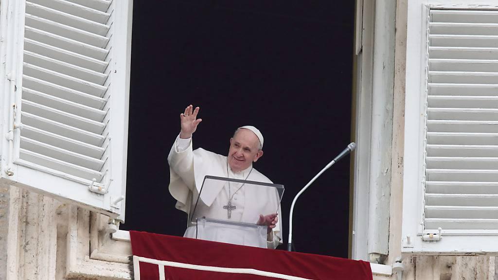 Papst Franziskus winkt aus dem Fenster seines Arbeitszimmers mit Blick auf den Petersplatz, während er das Angelus-Mittagsgebet spricht. Foto: Evandro Inetti/ZUMA Wire/dpa Foto: Evandro Inetti/ZUMA Wire/dpa