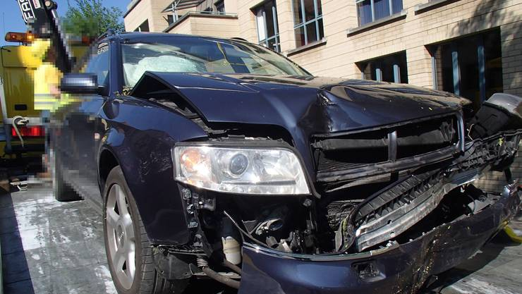 Am Donnerstag kam ein Audi-Fahrer in Ennetbaden von der Strasse ab und kollidierte mit einem Baum.