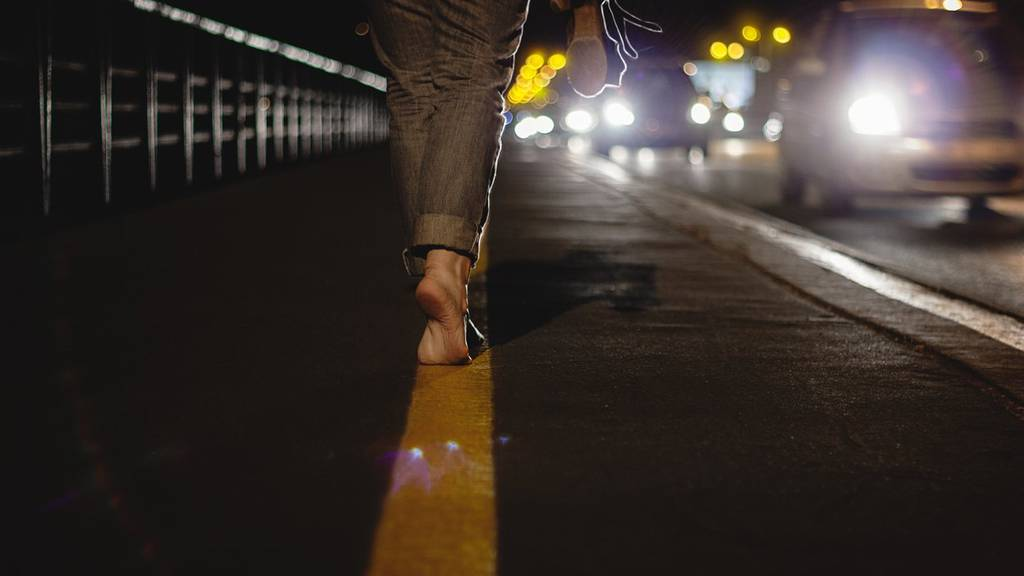 Nachtwandeln kann ganz schön gefährlich sein.