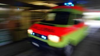 Der 64-Jährige wurde mit schweren Kopfverletzung mit der Ambulanz ins Spital gebracht. (Symbolbild)