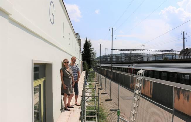 """Carla Hohmeister und Christian Höhener auf einem der Gerüste, die das """"Gleis 21"""" aktuell noch einkleiden."""