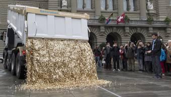 Mit 8 Millionen 5-Rappen-Stücken auf dem Bundesplatz in Bern warben die Initianten im Oktober 2013 für ihr Anliegen. (Archiv)