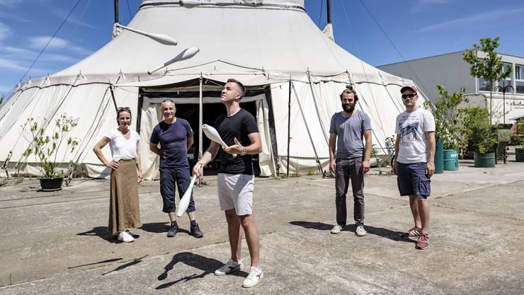 Freuen sich auf die Circus Camps in den Sommerferien: v.l. Nadja Hauser, Johannes Muntwyler, Mario Muntwyler, Valentin Steinmann und Beat Läuchli.