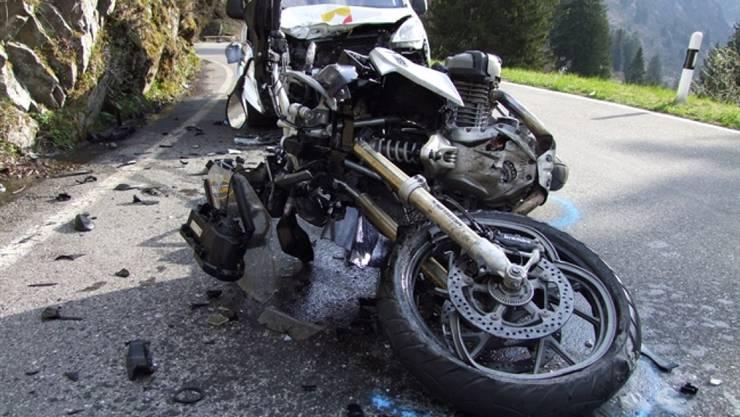 Der Fahrer wurde schwer verletzt, das Motorrad beim Zusammenstoss total beschädigt.