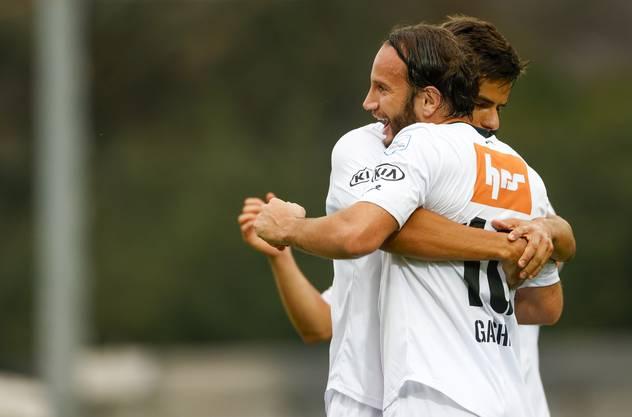 Gashi und Rrudhani herzen sich nach dem 1:0 für den FCA - verständlich, aber offiziell verboten