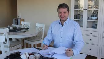 Geschäftsführer Dieter Hermann gibt in der Stube vom stationären Hospiz Aargau über das jüngste Projekt Auskunft.