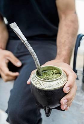 Das Gefäss mit dem Mate-Tee wird nach jedem Schluck weitergereicht.
