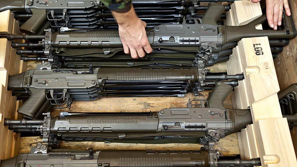 Wo die Sturmgewehre deponiert werden, können Wehrmänner und -frauen selbst entscheiden. Meist wählen sie den Schrank zu Hause. (Symbolbild)