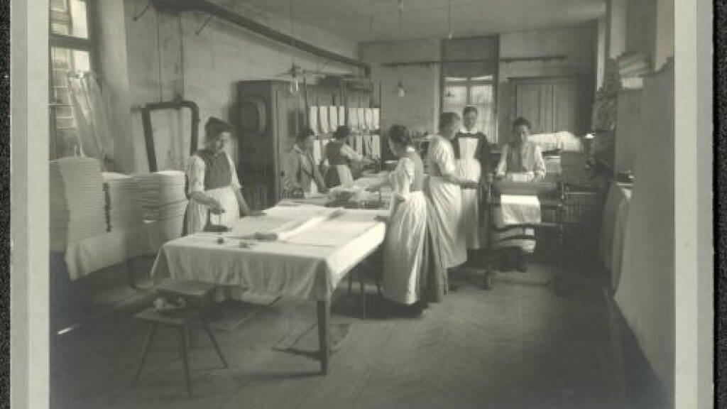 Blick in die Glätterei von Hindelbank, um 1928.