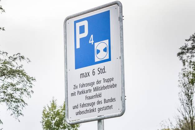 Die neuen Verkehrstafeln zeigen die Parkscheibenpflicht Weiss auf Blau.