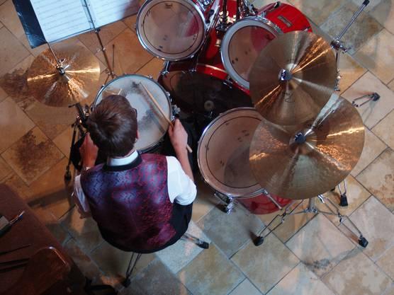 Der Schlagzeuger Robert Kümmerli von oben
