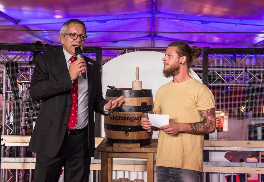 Radio-FM1-Geschäftsführer André Moesch begrüsst die Gäste der Radio-City-Eröffnungsparty. (© FM1Today/Stefanie Rohner)
