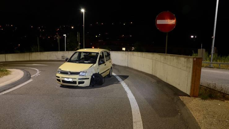 Auf der Flucht vor der Polizei ist ein unter Drogeneinfluss stehender junger Autofahrer in der Nacht auf Dienstag in Füllinsdorf in eine Betonmauer gekracht.