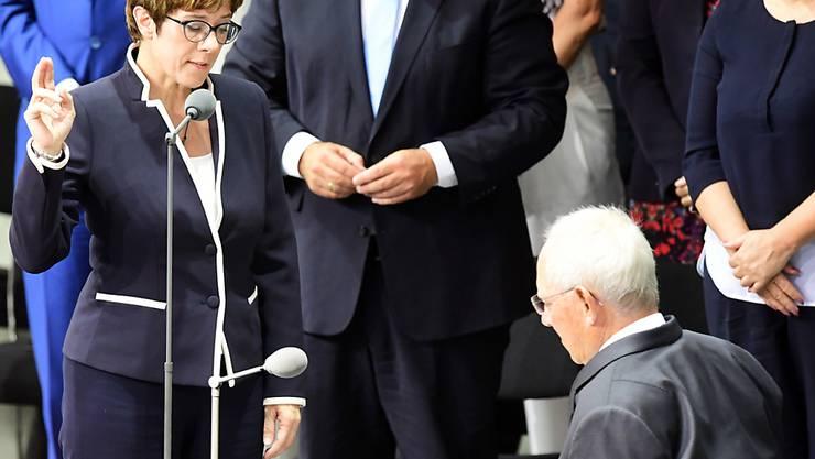 Die neue deutsche Verteidigungsministerin Annegret Kramp-Karrenbauer wird von Bundestags-Präsident Wolfgang Schäuble vereidigt