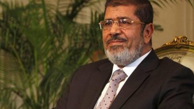Ägyptens Präsident Mursi hält an den umstrittenen Erlassen weiterhin fest (Archiv)