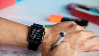 An vielen Fricktaler Schulen gibt es keine Chance, mit der Smartwatch zu spicken.
