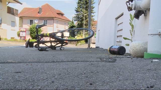 VW schleudert Rennvelo-Fahrer weg