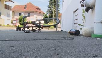 In Gontenschwil kam es zu einem heftigen Zusammenstoss zwischen einem Auto und einem Rennvelo. Der Zweirad-Fahrer wurde mittelschwer verletzt.