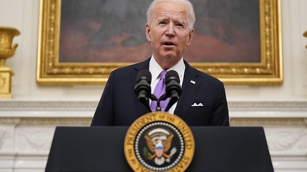 dpatopbilder - Joe Biden, Präsident der USA, spricht über das neuartige Coronavirus im State Dinning Room des Weißen Hauses. Foto: Alex Brandon/AP/dpa