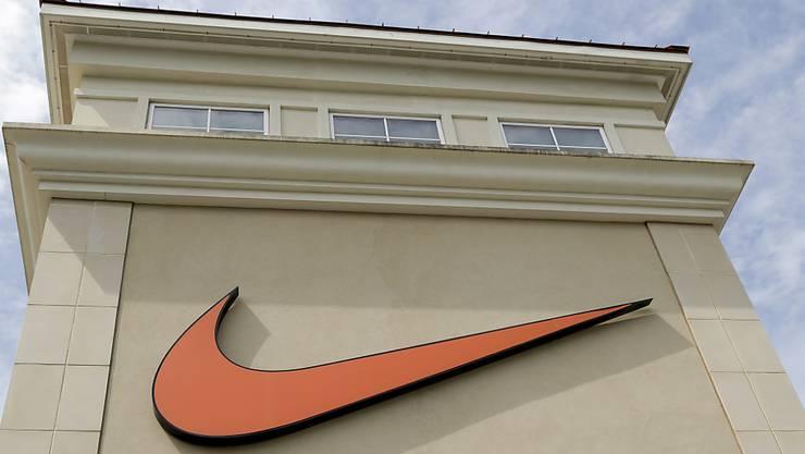 Der US-Sportartikelriese Nike hat Gewinn und Umsatz im jüngsten Geschäftsquartal überraschend kräftig gesteigert. (Archivbild)
