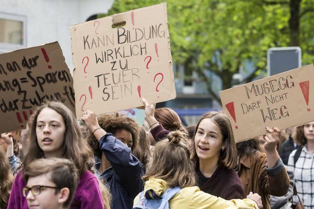 Schueler demonstrieren gegen den Bildungsabbau am Mittwoch, 5. April 2017, in Luzern. In verschiedenen Schweizer Staedten kommt es am 5. April 2017 zu Kundgebungen. (KEYSTONE/Alexandra Wey)