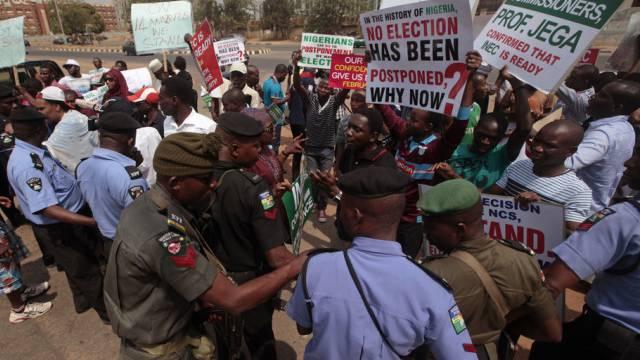 In Abjua wird gegen die Wahlverschiebung protesiert