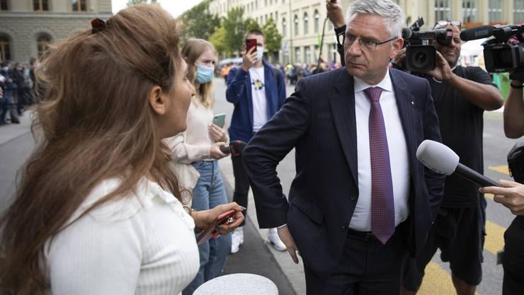 Die berüchtigte Szene: SVP-Nationalrat Andreas Glarner beleidigt seine Nationalratskollegin Sibel Arslan (Basta!/BS) vor laufender Kamera. (KEYSTONE/Peter Klaunzer)