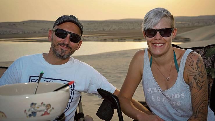 Ramona und Andi Kopp geniessen ihr Fondue in der Wüste ihres neuen Heimatlandes Katar.