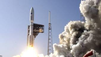 Start der ersten militärischen Weltraummission der USA. An Bord hat die Rakete einen Satelliten, der Hochsicherheits-Equipment für die Kommunikation enthält.