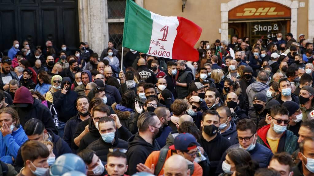 Menschen aus der Gastronomie versammeln sich zu einem Protest. (Archivbild) Foto: Cecilia Fabiano/LaPresse via ZUMA Press/dpa