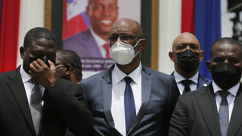 Ariel Henry (Mitte), Haitis designierter Premierminister, und Interims-Regierungschef Claude Joseph (rechts) vor einem Porträt des ermordeten Präsidenten Jovenel Moise.