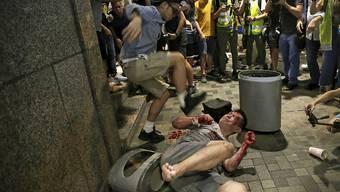 Blutige Schlägerei am Rande der Anti-Regierungsdemonstrationen vor einem Einkaufszentrum in Hongkong.