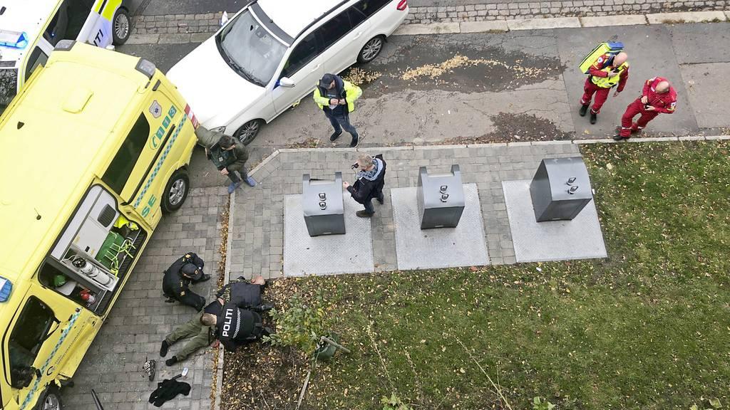 Bewaffneter klaut Ambulanz und fährt in Menschenmenge