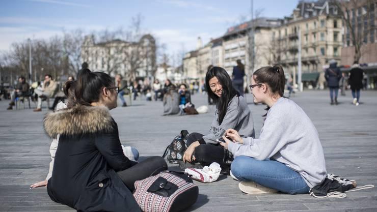 Junge Damen geniessen die Sonnenstrahlen auf dem Sechseläutenplatz in Zürich (23. Februar 2017)