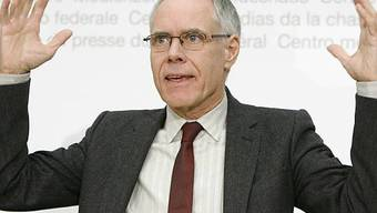 Bundesrat Moritz Leuenberger gesteht: Er schaue bei öffentlichen Auftritten gerne auf die aktuelle Kleidermode. Trotzdem habe er an der Delegiertenversammlung keine Burka angezogen. (Archiv)