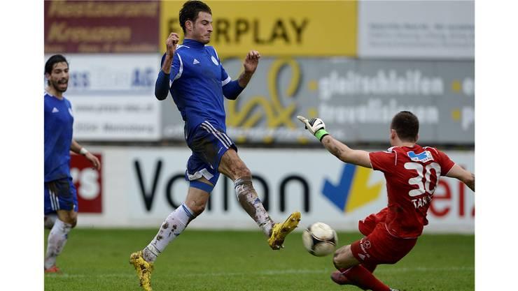 Grenchnen's Rafed Bayazi (links) im Kampf um den Ball gegen Wohlen's Goalie Flamur Tahiraj (rechts).