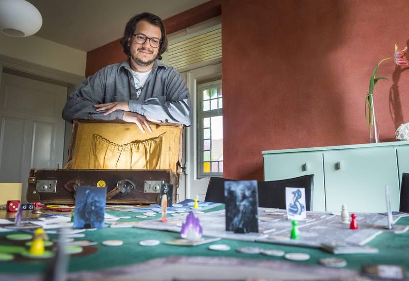 TG - Jon zaubert aus seinem Koffer sein Harry Potter Spiel. Jon Duri Cajochen aus Horn hat ein Harry Potter Brettspiel entwickelt.