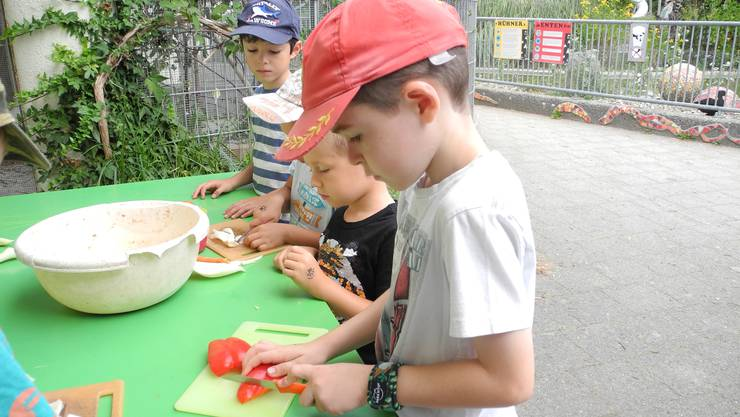 Gemeinsam bereiten die Kinder das Futter für Hühner und Hasen vor.